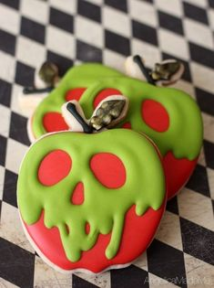 Deadly and glam/goth poison apple sugar cookies by AngelicaMadeMe. These Snow White inspired sweets are perfect for Halloween. Deadly and glam/goth poison apple sugar cookies by AngelicaMadeMe. These Snow White inspired sweets are perfect for Halloween. Halloween Desserts, Comida De Halloween Ideas, Cute Halloween Treats, Halloween Cookie Recipes, Halloween Sugar Cookies, Hallowen Food, Halloween Food For Party, Halloween Halloween, Halloween Cookies Decorated