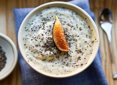 How to use chia seeds! And also how to make this breakfast bowl. 1 cups plain/vanilla soy yogurt, 2 tbsp chia Tbsp maple syrup, cup chopped banana, 1 fig, sliced (or sub with other fresh fruit) Chia Seed Breakfast, High Protein Breakfast, Breakfast Bowls, Breakfast Recipes, Yogurt Breakfast, Breakfast Ideas Without Eggs, Healthy Treats, Healthy Recipes, Healthy Food