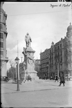 Monumento a Quevedo 1927/36, en la glorieta de Alonso Martínez. Fotografía de Antonio Passaporte, Archivo Loty F.P.H.