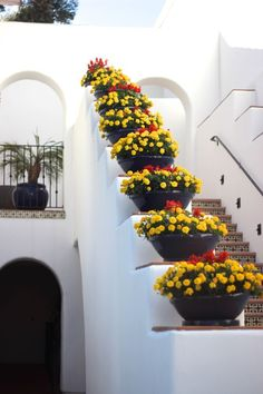 Cool Spanish exterior staircase – wide framing giving extra room for large Spanish terracotta pots. The post Spanish exterior staircase – wide framing giving extra room for large Spanish t . Spanish Style Decor, Spanish Style Homes, Spanish House, Spanish Colonial, Spanish Revival, Exterior Design, Interior And Exterior, Spanish Exterior, Garden Design