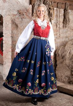 Graffer Traditional Fashion, Traditional Dresses, Norwegian Clothing, Culture Clothing, Frozen Costume, Folk Costume, Summer Outfits Women, Ethnic Fashion, Vintage Dresses