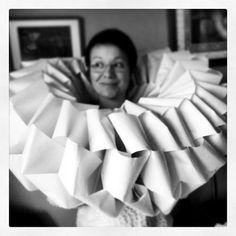 No sé si va ser primer l'anell o l'esctultura...? una imatge ben divertida de la Núria feta una joia (Idili Joies) // Paper sculpture sketch - by idili