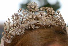 A clear photo of the Rosebery family diamond tiara of daisies. #Primrose