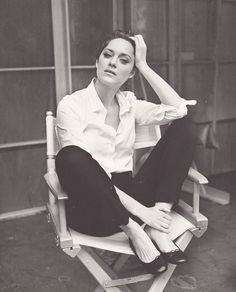 Marion Cotillard, one of our favorite style icons, in her perfect white shirt Looks Street Style, Looks Style, Stage Outfit, Chic Minimalista, Black And White Outfit, Black White, Style Parisienne, Paris Mode, Jeanne Damas