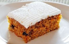 Mary Berry: Carrot Cake with Mascarpone Topping This is a great cake that is super easy to make (whack it all in and bob's your uncle). It has bananas in it (and I think less fat/oil as a result) so it is a bit bananary but I like that :) The topping is s Cracker Barrel Carrots, Cracker Barrel Recipes, Mary Berry Carrot Cake, Mary Berry Cake Recipes, Marry Berry Recipes, Food Cakes, Cupcake Cakes, Cupcakes, Birthday Cakes