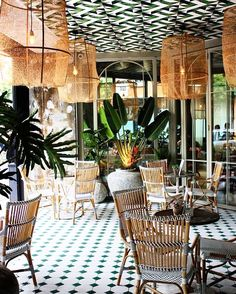 It's rare that we can't immediately spot the difference between a swanky hotel lobby and a restaurant, but this absolutely gorgeous spot in Madrid has us doing a double take. Perrachica isn't your average brunch haunt, instead. Design Bar Restaurant, Deco Restaurant, Luxury Restaurant, Restaurant Ideas, Bohemian Restaurant, Modern Restaurant, Restaurant Entrance, Restaurant Seating, Vintage Restaurant