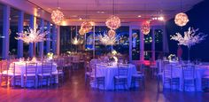 Arboles de cerezo y Cajas con flores como centros de mesa. Esferas de mini luces desde el techo, by Mercedes Courreges Ambientaciones