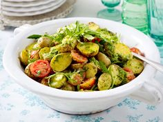 Klassisch mit Brühe oder Mayo - so lieben wir Kartoffelsalat! Aber auch Kartoffelsalat-Rezepte mit Bratgemüse oder einem feinen Senf-Dressing sind richtig lecker.