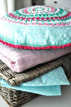 Hip met Haken: Crochet doily pillow / kussen. Pattern from the book #Haakgeluk of #byClaire.