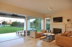 Mirá imágenes de diseños de Livings estilo clásico:  espacios inegrados. Encontrá las mejores fotos para inspirarte y creá tu hogar perfecto.
