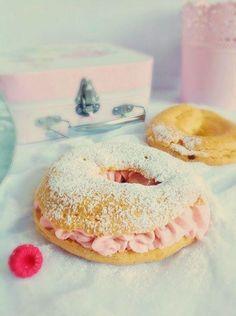 Probando una de las deliciosas tartas francesas: la Paris-Brest con crema de frambuesas
