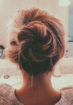 chignon facile a faire, modèle de chignon tressés, une coiffure bohème, forme de fleur, effet coiffé décoiffé