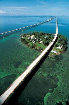 """O comprimento total da nova ponte é de pouco menos que sete milhas, 6,79 milhas, ou 10,93 km e é menor do que a original. Cada mês de abril a ponte é fechada por cerca de 2,5 horas de um sábado e uma """"fun run"""" (corrida divertida) é disputada entre 1.500 corredores. Ela é realizada como  comemoração do projeto de reconstrução da ponte de Florida Keys. O evento começou em 1982 para comemorar a conclusão de uma ponte financiada pelo governo federal.  Fotografia: Tinsley Advertising."""
