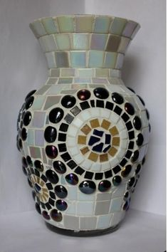 9 Colorful Diy Mosaic Vases - Top Do It Yourself Projects Mosaic Planters, Mosaic Vase, Mosaic Flower Pots, Mosaic Diy, Mosaic Garden, Mosaic Crafts, Mosaic Projects, Flower Vases, Mosaic Bottles