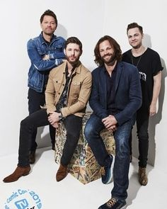 Jared Padalecki, Jensen Ackles, Misha Collins, and Alexander Calvert are saving people one last time with these photos. Supernatural Comic Con, Supernatural Convention, Supernatural Jensen, Jensen And Misha, Jensen Ackles, Supernatural Seasons, Memes Gifs, The Boy Is Mine, Alexander Calvert