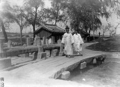 Photo by Jung hae chang, People walking on the stone bridge. Old Pictures, Old Photos, Korean Photo, Korean Traditional, Historical Images, The Old Days, American Soldiers, Vintage Photographs, Beautiful Pictures