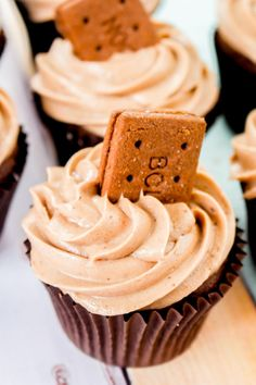 A rich chocolate bourbon biscuit cupcake, filled with a chocolate ganache centre, and topped with bourbon biscuit buttercream. A bourbon in cupcake form! Biscuit Cupcakes, Baking Cupcakes, Cupcake Cakes, Gourmet Cupcakes, Cup Cakes, Chocolate Bourbon Biscuit, Bourbon Biscuits, Chocolate Ganache, Melting Chocolate