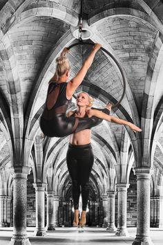Additional: kniehang aan stang, voeten haken aan benen van base, flyer hangen en armen uitstrekken Lyra Aerial, Aerial Dance, Aerial Hoop, Aerial Arts, Aerial Silks, Partner Acrobatics, Aerial Acrobatics, 2 Personen Stunts, Aerial Classes