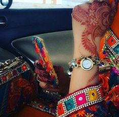 Uploaded by Princesse. Find images and videos on We Heart It - the app to get lost in what you love. Stylish Mehndi Designs, Beautiful Henna Designs, Mehndi Designs For Hands, Bridal Mehndi Designs, Cute Girl Poses, Cute Girl Photo, Girl Photo Poses, Stylish Girls Photos, Stylish Girl Pic