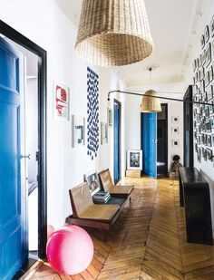 Hallway with blue doors - Buenos mimbres - AD España, © Felix Forest Diy Bedroom Decor, Diy Home Decor, Interior Decorating, Interior Design, French Interior, Luxury Interior, Elle Decor, Beautiful Interiors, House Colors