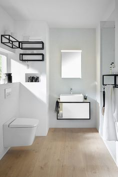 Junit von Burgbad lebt von dem Spiel von Linien, Flächen und geschlossenen und offenen Körpern. Die Waschbecken aus Keramik vereinen eine kubische Außenform mit einer weichen, tuchartigen Innenform. Die umlaufende Kante unterstreicht den dünnen Charakter und ist praktischer Schwallschutz. Design: nexus product design