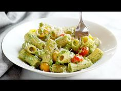 This Healthy Baked Pesto Rigatoni is tossed with heirloom tomatoes and a saucy spinach pesto that will knock your socks off. Vegetarian Dinners, Vegetarian Recipes, Healthy Recipes, Easy Recipes, Healthy Pesto, Healthy Baking, Baked Rigatoni, Veggie Dinner, Pesto Recipe