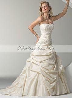 Pretty sleeveless ball gown floor-length wedding dress
