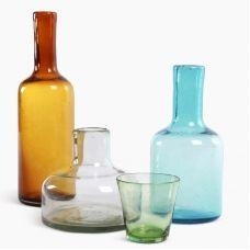 CANTEL - 3 carafes & 4 verres. Van Eijk & Van der Lubbe, des designers hollandais, ont travaillé avec des souffleurs de verre du Guatemala. Ils ont choisi des techniques et des matériaux d'artisanat local comme base pour la conception. Il en est résulté d'une série de carafes, verres et vases en verre recyclé soufflé à la main.