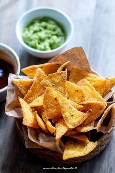Homemade nachos: the perfect Mexican recipe for corn chips Homemade Nachos, Homemade Tortilla Chips, Homemade Tortillas, Healthy Snacks, Healthy Recipes, Mexican Food Recipes, Ethnic Recipes, Finger Foods, Appetizer Recipes