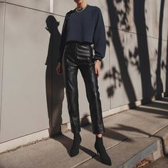Leather Trousers Outfit, Black Leather Pants, Trouser Outfits, Leather Skirt, Oufits Casual, Casual Outfits, Cute Outfits, Elegantes Outfit Frau, Fall Outfits