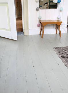 MÅLA TRÄGOLV. Vad ska man göra med trägolv som är fläckiga av målarfärgstänk och missfärgade av fett och smuts? Måla dem så klart! Det är också en bra metod för att få golv som har blivit lagade och därför har bräder i olika nyanser att se mer enhetliga ut | Erika Åberg: Erikas Hus - en blogg på lantliv.com White Painted Floors, Wooden Chest, Kitchen Stories, Swedish House, Grey Flooring, Living Furniture, Scandinavian Interior, White Paints, Industrial Furniture