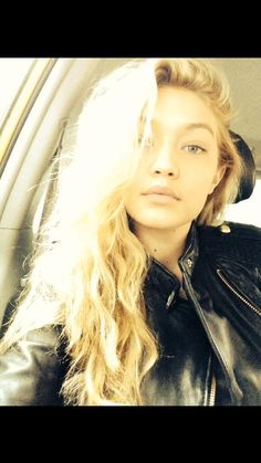 """@Arcadia1011: @GiGi Hadid what is your natural hair style curls?"" pic.twitter.com/fGE3N9Wpcx"