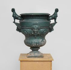 Antique cast iron vase with two sphinxes - Planters, vases and urns Sphinx, Art Antique, Architectural Antiques, Vase, Giza, Mythical Creatures, Woman Face, Urn, French Antiques