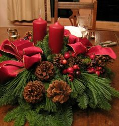 Watch here the DIY Christmas Centerpieces Ideas. DIY Christmas Centerpieces is an item or issue intended to be a focus of attention. Christmas Floral Designs, Christmas Flower Decorations, Christmas Floral Arrangements, Christmas Flowers, Noel Christmas, Homemade Christmas, Christmas Crafts, Table Arrangements, Flower Arrangements