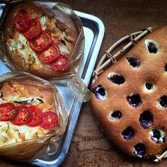 トマトのフォカッチャとブルーベリーとチーズのフォカッチャ