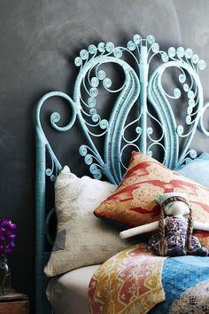 Ornamental blue bed support, adoro camas almofadas matas e claro o que faz a cama são as cabeceiras esta é linda www.reciclardecorar.net