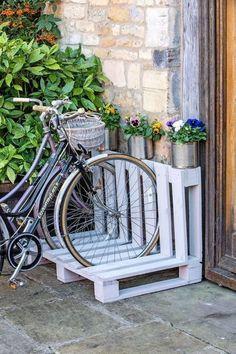 Pallet Bike Racks, Diy Bike Rack, Bicycle Rack, Wood Bike Rack, Wooden Pallet Table, Wooden Pallets, Pallet Wood, Recycled Pallets, Pallet Tables