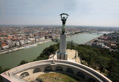 The real story of the model of Liberty Statue Budapest Everbody knowns Liberty Statue Budapest, the most iconic monument of the Hungarian capital, wich was erected in 1947 on Gellert Hill. Most Beautiful Cities, Beautiful Places To Visit, Places To See, Budapest Travel Guide, Flight Lessons, Capital Of Hungary, Hungary Travel, Heart Of Europe, Top Destinations
