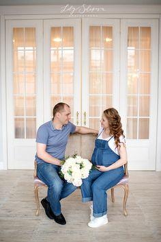 фотосессия беременности, беременность, беременная девушка, беременная в комбинезоне, беременная в красивом интерьере, беременная и пионы, девушка и пионы, беременная с мужем