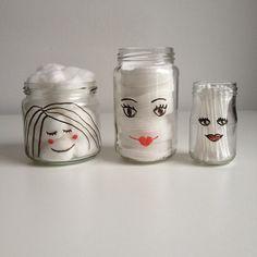 Lege glazen potjes met getekende gezichtjes er op, leuk voor in de badkamer voor…