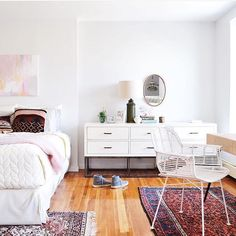 The type of bedroom we'd take breakfast, lunch and dinner in! Love your style @em_rehabitat, vintage rugs paired with mod furniture makes for the perfect mix. ( via our #wheretofindme feed) #regram