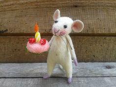 Schattige muis, naald voelde muis, witte muis, naald voelde dier, naald voelde miniatuur, verjaardagsgift, Home decor Deze kleine vriend is gemaakt van wol door naald vilten techniek. Zijn benen, handen en staart zijn gemaakt van draad en omwikkeld met wol. Staande houdt alleen, hoeft u