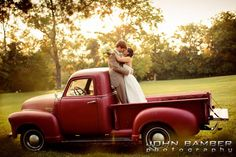 Farm Chic :: Stephanie+Carter Truck Photo The lighting in this photo is magical. :)Truck Photo The lighting in this photo is magical. Wedding Car, Farm Wedding, Wedding Pictures, Dream Wedding, Wedding Vintage, Wedding Ideas, Rustic Wedding Photos, Apple Farm, Wedding Photography Poses