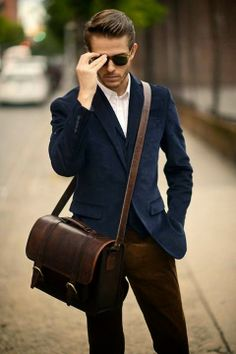 What are the latest men street style bags? Fashion Mode, Look Fashion, Mens Fashion, Fashion Menswear, Sharp Dressed Man, Well Dressed Men, Look Man, La Mode Masculine, Style Outfits