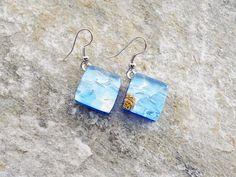 Orecchini con pendente a rombo, in vetro di Murano originale.  Colori azzurro acceso, su foglia d'argento.   Materiale anallergico (NICKEL FREE)