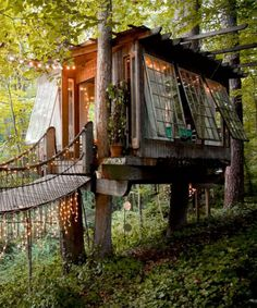 Forget castles and celeb pads, the most popular listing on the home-sharing network is actually a treehouse in Atlanta. Places To Travel, Places To Visit, California Cool, Cool Tree Houses, Rustic Design, Bungalow, Tiny House, Treehouses, Farmhouse