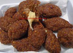 MINIQUIBES SUPER RÁPIDOS RECHEADOS - Ingredientes: 500gs de carne moída de boa qualidade (usei patinho), 250gs de trigo para kibe, sal, água fervente,1 envelope de creme de cebola, chimichurri ou pimenta calabresa. Para rechear: queijo em tiras para rechear (você pode utilizar azeitonas ou outro tipo de recheio) usei mussarela óleo para fritar