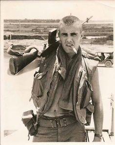 Soldier in Vietnam smoking a cigar with gun on shoulder Vietnam History, Vietnam War Photos, Vietnam Veterans, Military Humor, Military Life, Military History, Military Veterans, Military Guys, American Soldiers