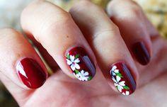 Diseños de uñas con esmalte fácil, diseños uñas con esmalte flores.   #uñasdemoda #3dnailart #uñassencillas