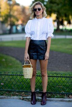 Nas ruas de Paris, durante a Semana de Moda Verão 2017, só deu ela. No clique, a peça romântica fez um contraponto com a saia de couro - combinação de pesos esperta.